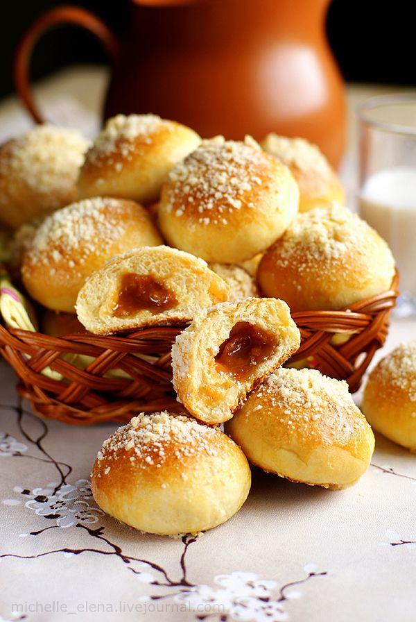 """Основой для приготовления этих сладких и мяконьких, мгновенно исчезающих булочек послужил вот этот рецепт . Но я кое-что поменяла, потому пишу сразу свой вариант.Роль карамели играют конфеты """"Коровки"""". Особенно хорошо употреблять эти булочки с кефиром или…"""