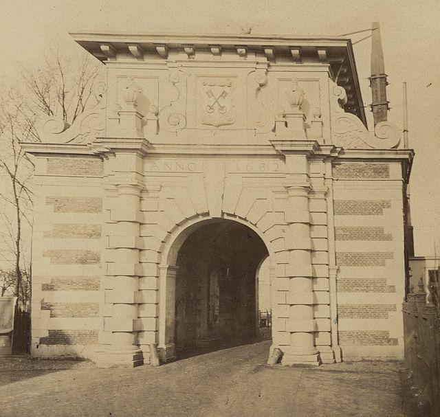 De Rijnsburgerpoort is een voormalige stadspoort in de Nederlandse stad Leiden. De poort bevond zich aan de noordwestkant van de stad, aan het eind van de huidige Steenstraat, ter hoogte van het Museum Volkenkunde. Voor de poort lag een brug over de Rijnsburgersingel. Op die plek ligt nu de Rijnsburgerbrug. De poort werd in 1632-33 gebouwd naar een ontwerp van Jan Jacobsz. van Banchem en ontleende zijn naam aan het feit dat de weg die hier de stad uitvoerde richting Rijnsburg liep. De poort…