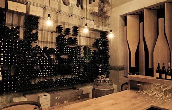 Red Pif Restaurant & Wine Shop. Impresionante restaurante-tienda de vino de Praga. Resposables de tal maravilla es el estudio de arquitectura checo Aulík Fiser Architekti. Fotos de Michelle Vasconcelos. Visto en atelierdecor.blogspot.com.es por @Rochinadecor
