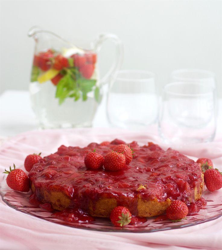 Saftig kaka med ett krämig jordgubbstäcke. Oemotståndligt god och vacker. Man lägger massa jordgubbar i botten av kakformen och sen häller man en sockarkakssmet över. Efter gräddning vänder man kakan upp och ner och då får man en fantastiskjordgubbstårta helt plötsligt. Servera med en klick grädde och njuuuuut! Ca 10 bitar Fyllning: 500 g färska jordgubbar 2 msk majsstärkelse (maizena) 1,5 dl socker 1 tsk vaniljsocker Sockerkaka: 3 ägg 2 1/2 dl strösocker 1,5 tsk vaniljsocker 50 g smör...
