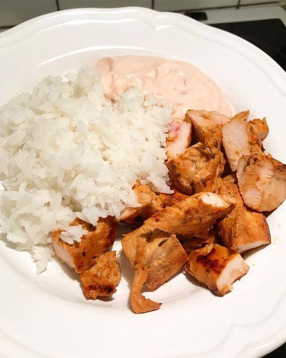 (@muskelfoder) Stekt kyckling ris & kvargsås; Recept; kvarg blandat med tacosås stevia ketchup vitlök salt och peppar.
