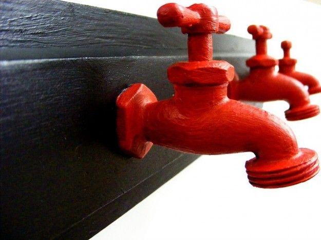 Appendiabiti con rubinetti rossi