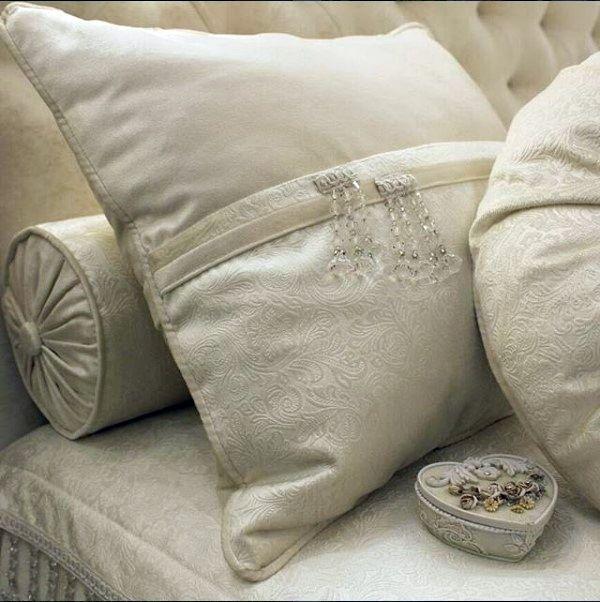 красота в деталях: #декоративные_подушки из фактурного бархата PROZA @kobe_interior_design Дизайн @polezhaevanataliia Заказать #бархат можно в #Galleria_Arben #pillows #подушки #бархат #fabric #ткани #velvet