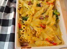 Pasta ovenschotel met broccoli, kaassaus, rode peper en ui