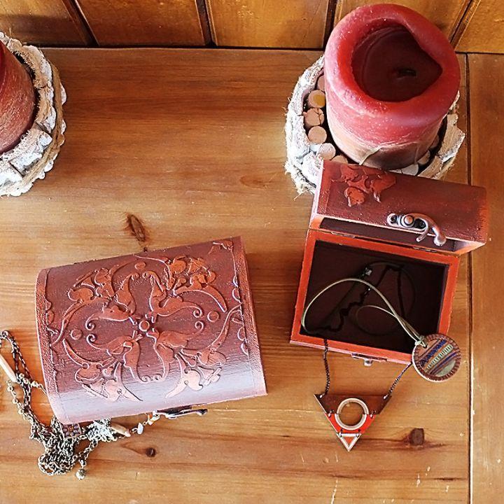 Casetta Tesori    Pentru comori mici și foarte mici cu valoare mare și foarte mare: un duo de cufere din lemn, pictate manual și încrustate cu motive florale stilizate.    Setul Cassetta Tesori pune deoparte ce-i al tău!