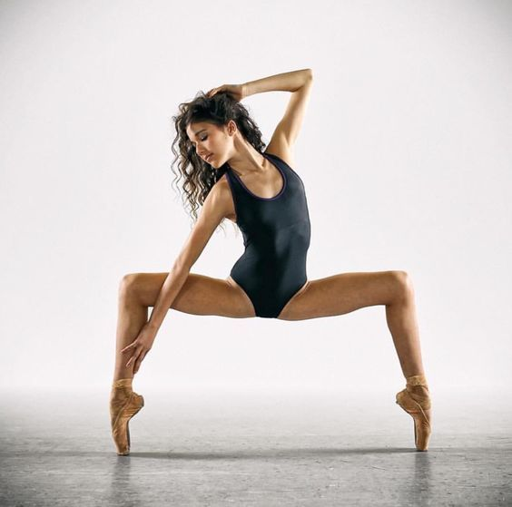 фотосессия танцора с растяжками лижет