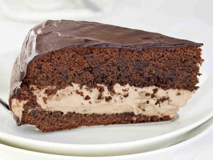 Täyteläinen maitosuklaamousse kahden suklaakerroksen välissä. Tämä kakku maistuu tuhdisti suklaalle. http://www.yhteishyva.fi/ruoka-ja-reseptit/reseptit/suklainen-kakku/013916