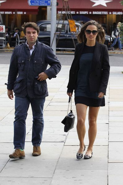 Pippa Middleton Photos Photos - Pippa Middleton looks chic in a navy shift dress as she enjoys a pre-birthday lunch with an unknown male companion in London. Pippa, sister of Catherine Duchess of Cambridge, was all smiles as she took a long lunch at Carluccio's cafe in the city with her friend. - Pippa Middleton at Lunch at Carluccio's Cafe 2