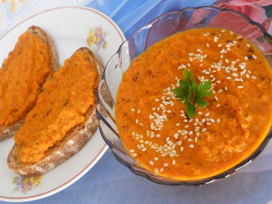 Pateu crud de morcovi cu prune uscate