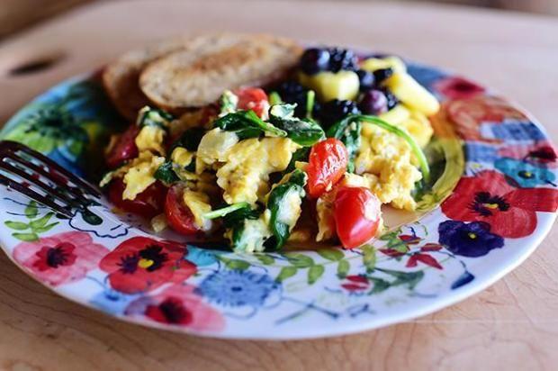 A tojás nemcsak értékes tápanyagokkal látja el a szervezetedet, de rendkívül változatosan elkészíthető. Érdemes zöldségekkel variálni, ...