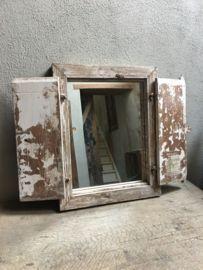 Oud houten kozijn stalraam met luiken en spiegel landelijk venster landelijke stijl brocant vintage oud houten wit geschuurd doorgeschuurd
