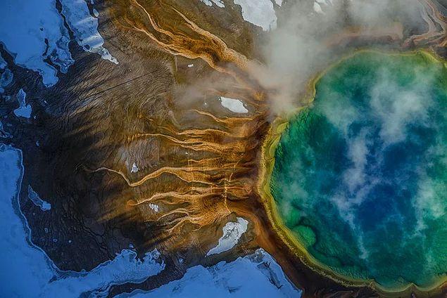 Большой призматический источник — горячий источник, самый большой в США и третий по размеру в мире. Йеллоустонский национальный парк