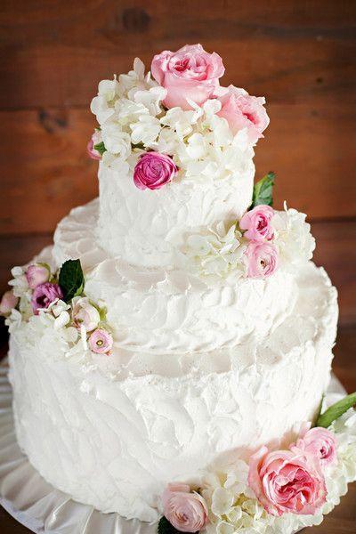 Pièce montée 2017  Miam! Un magnifique gâteau de mariage avec des roses et des hortensias! {Mulberry Lane Studio}