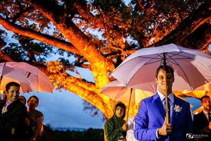 O sonho da Bianca era casar debaixo de uma figueira linda, ao ar livre. Mas a previsão de chuva para o dia do casamento era muito forte, então ela pediu muito para São Pedro e Santa Clara pra que não chovesse... mas enfim, não deu pra evitar, a chuva veio, e o casamento aconteceu na figueira m...