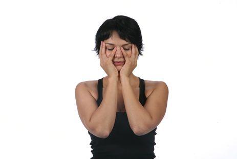 Как убрать носогубные складки: 2. «Лепка» Положите мизинцы на носогубные складки, остальной частью ладоней закройте щеки. Выполняйте нежное надавливание, мягкие толчковые движения, как будто подтягиваете лицо вверх, в течение 1 минуты.