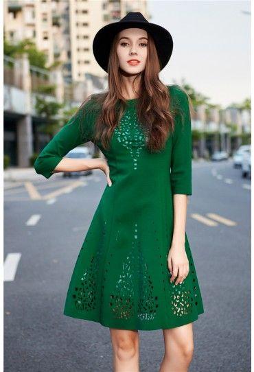 Fii in ton cu #tendintele! Alege o #rochie verde midi si accesorizeaz-o cu o palarie neagra pentru un #look casual-chic.