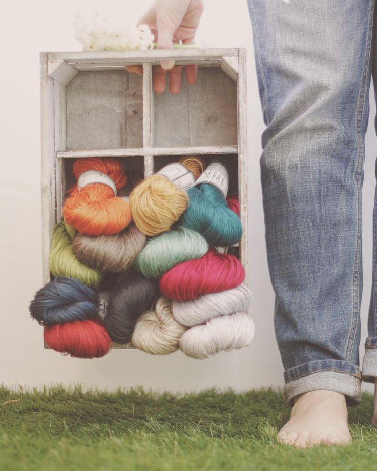 Comenzando la primavera de la mejor manera posible: con las estanterías repletas de linos y colores y #jacintos en flor  . Los linos ya los tienes disponibles en el enlace del perfil los jacintos en la floristería de la esquina  . #lana #lanas #yarn #wool #hilos #lino #linen #flax #lin #kalinkalinen #karinoberg #knit #knitting #punto #tricot #tejer #ganchillo #crochet #hellospring #springknits #tejiendoenprimavera #ohlanas #yarnshop #tiendadelanas #lanasconhistoria #knitlife #slowknitting