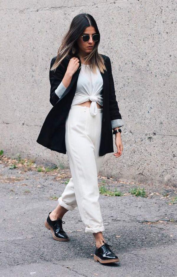 Street style look camiseta nó, calça branca, blazer preto e oxford preto.