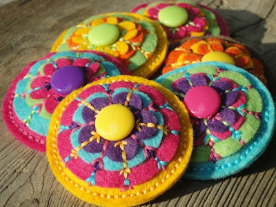 http://ucrochetky.blogspot.czWool Felt, Sewing Felt Materials, Colors Flower, Crazy Crafts, Felt Crafts, Fieltro Broches, Felt Things, Felt Felt Felt, Felt Flower