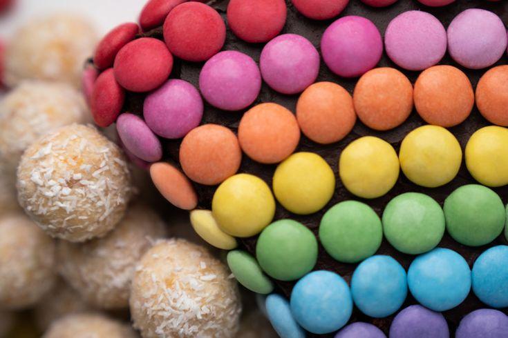 regenbogen geburtstagskuchen mit smarties und süßen wolken