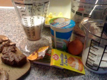 Das perfekte Snickers & Mars Muffins-Rezept mit Bild und einfacher Schritt-für-Schritt-Anleitung: Zuerst die Schokoriegel in Stückchen schneiden.