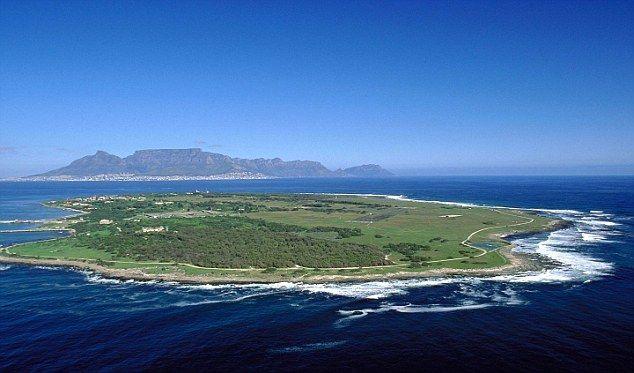 Robben Island. There Nelson Mandela was imprisoned for over 20 years/ Роббенэйланд. С 1964 по 1982 год на этом острове в тюрьме для политических заключённых содержался Нельсон Мандела, в дальнейшем — первый чернокожий президент ЮАР.