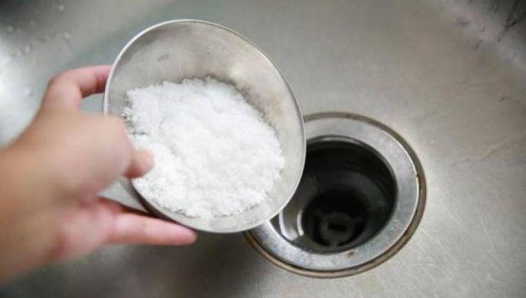 Ρίχνει ένα ποτήρι αλάτι στο νεροχύτη – Ο λόγος θα σας αφήσει άφωνους! (Βίντεο) | MedicalLand.gr