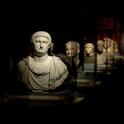 Кто был последним императором Западной Римской империи? Ромул Август! Ромул Август был последним правителем Западной Римской империи. 23 августа 476 Одоакр - римский патриций германского происхождения - возглавил восстание армии и был провозглашен начальником наемников-варваров в римской армии, а затем сверг Ромула и сослал его в Неаполь.
