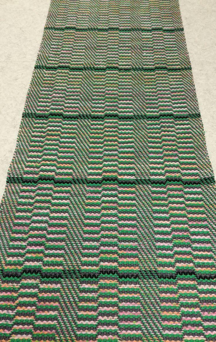 Onnenpolku-matto.  T.harmaa ja vihreä läpi maton. Vaal.pun lakanakuteen välissä mustat raidat.