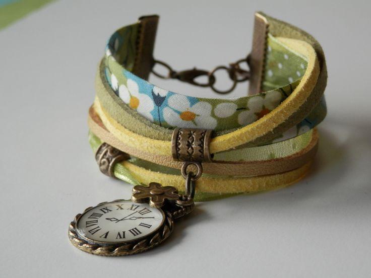 Bracelet multi cordons cuir et tissus liberty couleurs printanières vert, kaki, bleu, jaune et doré et ses breloques : Bracelet par motus-et-bouche-cousue