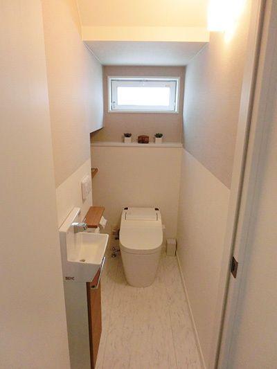 【WEB内覧会】1Fトイレ~階段下を使って、落ち着いた雰囲気&ちょいアジアン風トイレ~ | 東京から地方へUターン【はじめての家づくりメモ】