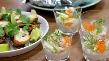 gebakken zalmburgertjes; papillot van vongole, aubergine witte wijn en look en Forelmousse met plattekaas en Granny Smith