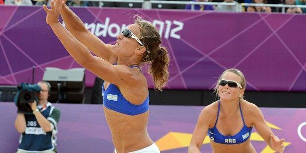 Se trata de dos jugadores de voleibol argentina. Están compitiendo en un juego de voleibol olímpico. Están jugando en los Juegos Olímpicos de London 2012.