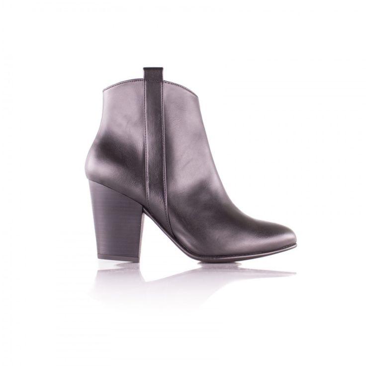J'aime les chaussures : j'aimeporter des baskets confortables ou bien une belle paire de talons, mais surtout, surtout… j'aime quand elles n'ont pas été confectionnée…