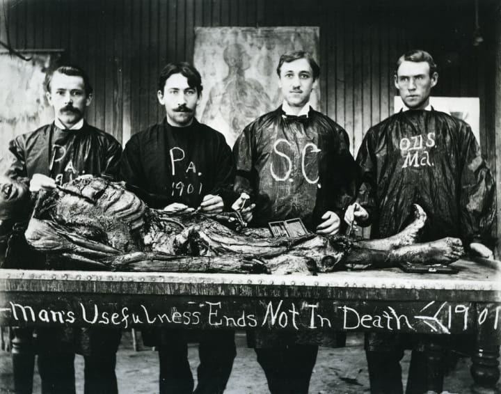 Cette fois, il ne s'agit pas d'une photo truquée. Cette photo datant de 1901 montre un groupe d'étudiants en médecine posant avec leur projet.