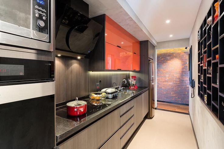 Cozinha com fogão embutido e armário vermelho de Cozinha planejada de Clarice Semerene - Viva Decora