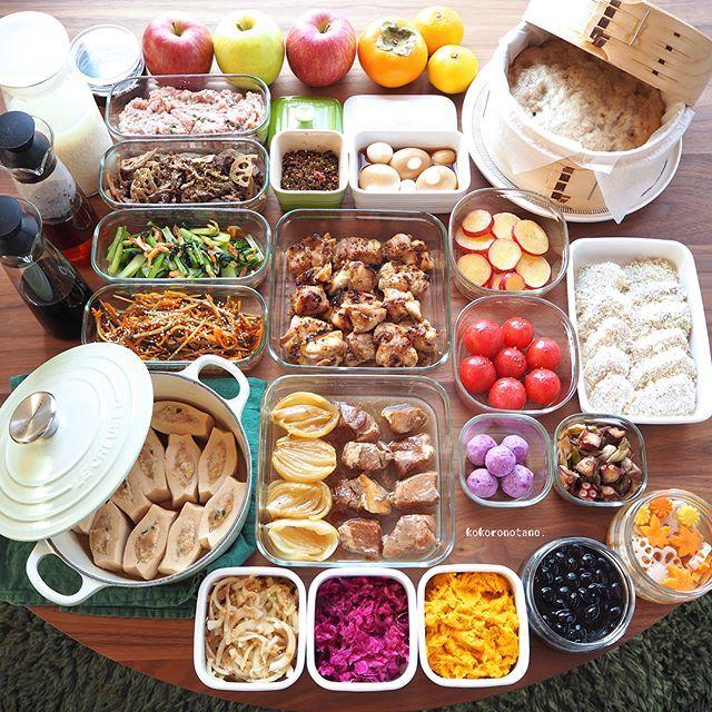 ❁.*⋆✧°.*⋆✧❁ 今週の作り置きおかずあれこれ◡̈ ・ 日々の子供達のお弁当2人分&私のお昼用。 (酢の物と冷凍物以外は2〜3日で食べ切りです) ・ 【お品書き】 1.玉ねぎ煮豚 2.鶏もも肉の蜂蜜粒マスタード焼き 3.はまちフライ(下拵え・冷凍保存用) 4.つくね種(冷凍保存用) 5.舞茸と長葱とタコの柚子胡椒炒め 6.小松菜と桜えびのソテー 7.きんぴら 8.牛肉とれんこんの山椒ピリ辛炒め 9.さつま芋のレモン煮 10.高野豆腐のひき肉挟み煮びたし 11.黒豆のあっさり煮 12.味玉(ポン酢) 13.紫芋のマッシュボール 14.かぼちゃとツナのサラダ 15.玉葱と鰹節のポン酢和え 16.トマトの黒こしょう蜂蜜和え 17.紫キャベツのナムル 18.れんこんと人参と大根の甘酢漬け(柚子風味) 19.柿とりんごのジャム&バナナの蒸しパン 20.自家製 甘酒 21.自家製麹しょうゆ 22.自家製 麺つゆ 23.自家製 白だし 24.自家製 ふりかけ(大根葉・梅・ごま) ・ 6.7.9.17.18.22.23.は 著書「のほほん曲げわっぱ弁当」にレシピ掲載しています 。…