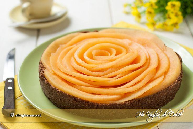Torta al melone e crema senza forno, una finta pasta frolla preparata con biscotti. Una golosa crema pasticcera ed un gusto fresco di melone. Ottima e golosa