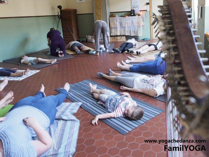 yoga educativo visualizzazione con mamma e bambini