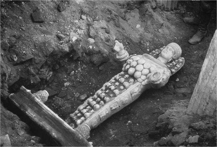 18 Eylül 1956 / Efes Prytaneionu yani Efes Belediye binasının önü.Tüm ihtişamı ile bulunmayı bekleyen Artemis heykeli...Kim bilir nasıl bir heyecan yaşamıştır Artemis heykelini ilk bulanlar?Bu fotoğraf karesinin içine giren çizmeli adam yerinde kim olmak istemez ki?Zamanında binlerce kişinin kutsal gördüğü Tanrıça Artemis'in heykeli toprak ananın bağrından tüm mükemmelliği ile günışığına çıkıyor...Tarih ve Arkeoloji tutkusuyla kavrulan bir insanın yaşayabileceği en mutlu andı bu an…