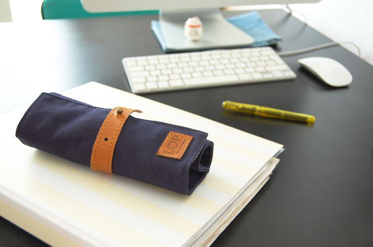 Confeccionada con lona de algodón, forrado interno de cuadritos y terminaciones en cuero naturalMedida: 29cm x 20cm abierto