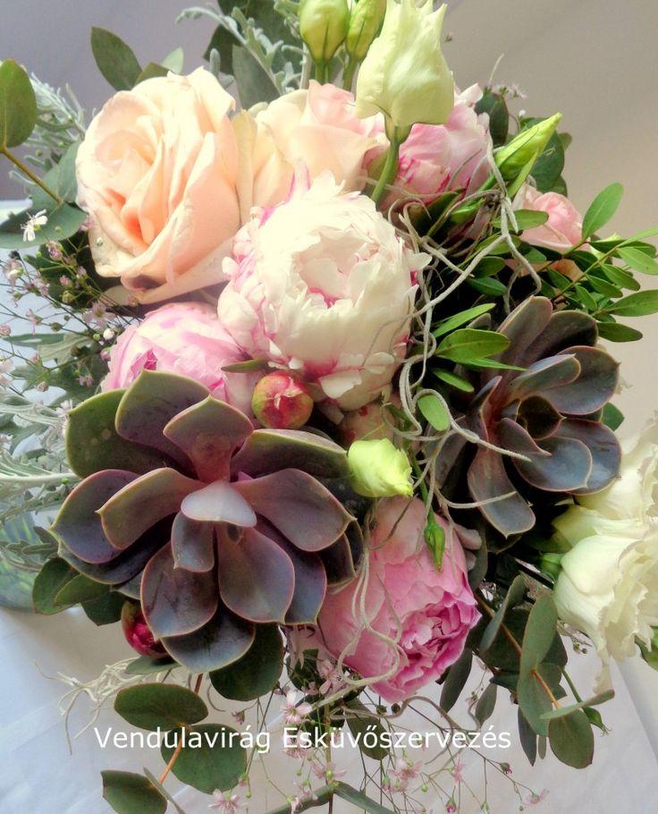 Menyasszonyi csokor peóniából,angol rózsából,kövirózsából ,zöldekkel . Nagyobb csokor