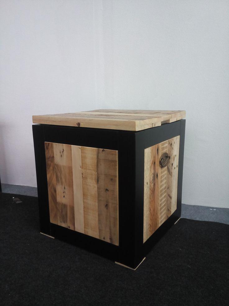 Poef van pallethout in een frame van zwart MDF.