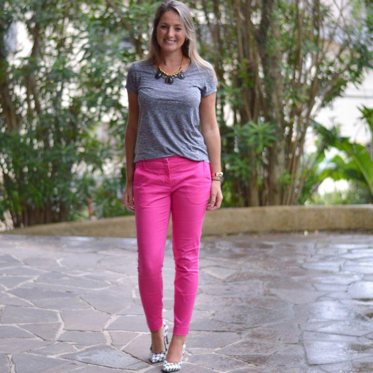 Look de trabalho - calça pink - calça rosa - pink e cinza  - look de verão - tshirt cinza - grey - work outfit - look executiva - moda corporativa