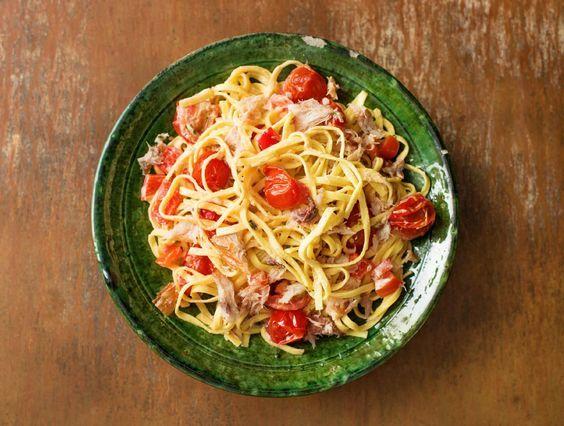 Fettuccine met warmgerookte makreel, cherrytomaten en paprika