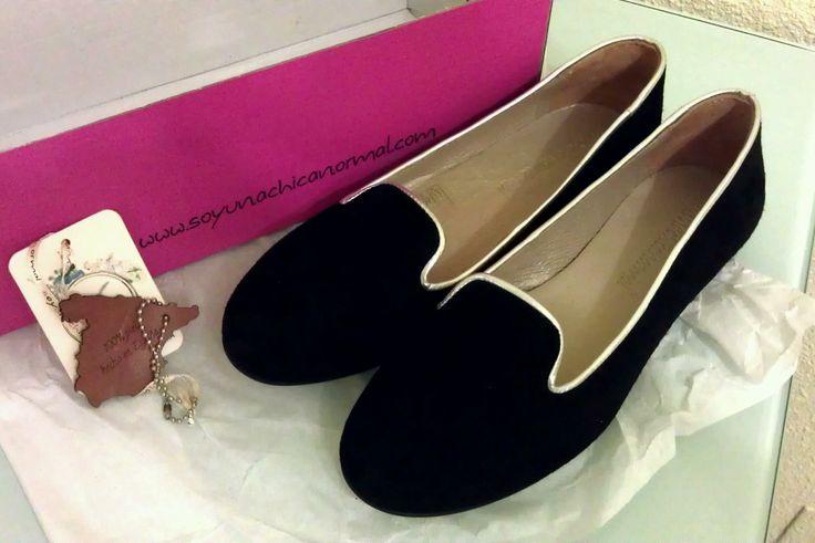 Nuestra amiga Cristina nos envió esta foto de su pedido Soyunachicanormal: Las Slipper Negras con Ribete Plateado (http://soyunachicanormal.com/v/Calzado/Zapatos/Zapatos-Planos/CALZADO-OTO%C3%91O-INVIERNO/slipper-negro-ribete-plateado/261.aspx) ¡Gracias por esta foto tan bonita, deseamos que disfrutes mucho tus slipper y que camines cómoda con ellas! (febrero 2014)