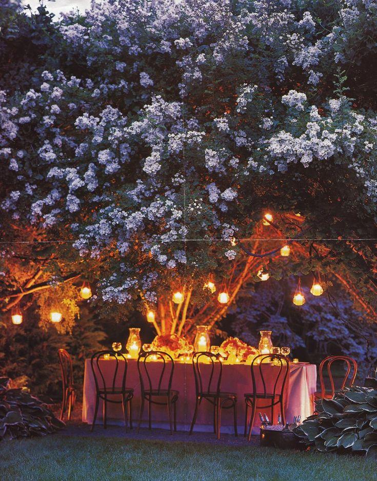 Cena en el jard n con velas y l mparas colgantes fiestas al aire libre outdoor parties - Velas jardin ...