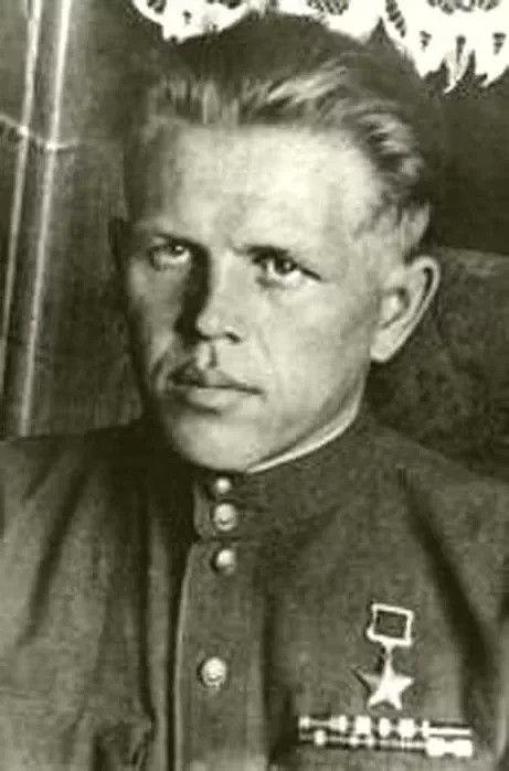 Россохин Борис ГавриловичК ноябрю 1944 года на боевом счету командира звена числилось сто тридцать восемь боевых вылетов в условиях интенсивных воздушных боёв, множество уничтоженных танков, разгромленных эшелонов, сожжённых скл