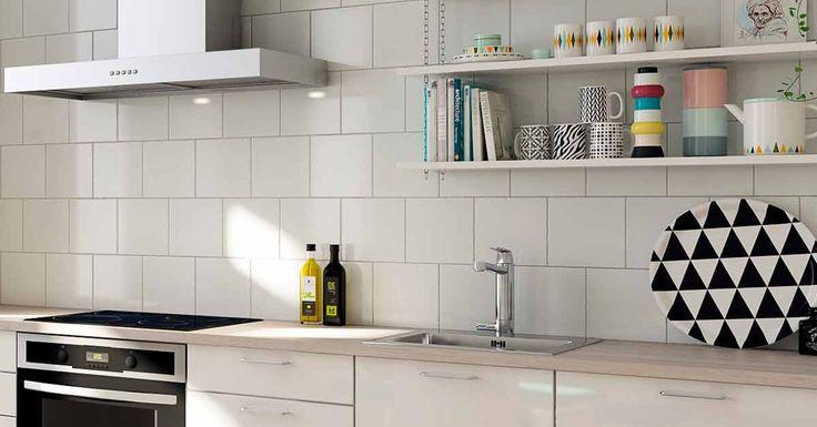 Keittiön välitilan valinnalla luot ilmettä ja väritystä. Pienet kauniit tavarat avohyllyillä tuovat persoonallista ilmettä ja kodikkuutta.