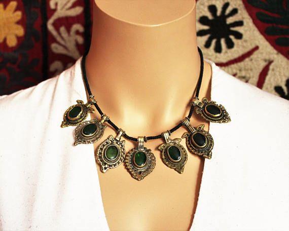 Tribal Halskette mit grünen Schmuckelementen
